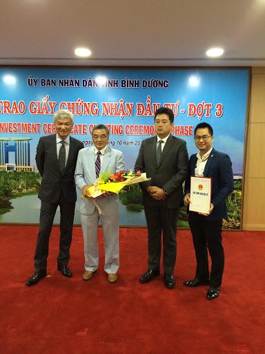 Luật sư Nguyễn Tiến Hoà từ SBLAW cùng nhận giấy chứng nhận đầu tư cho dự án cùng nhà đầu tư Nhật Bản