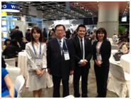 Luật sư Phạm Duy Khương chụp ảnh cùng các đối tác nước ngoài