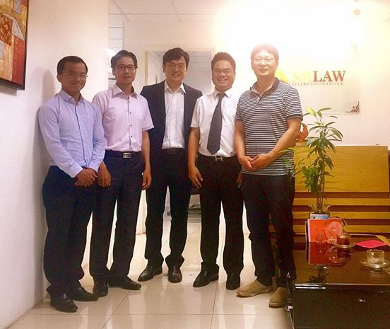 Luật sư Hà chụp ảnh cùng các luật sư Hàn Quốc