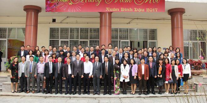 Luật sư SBLAW chụp ảnh cùng các giảng viên